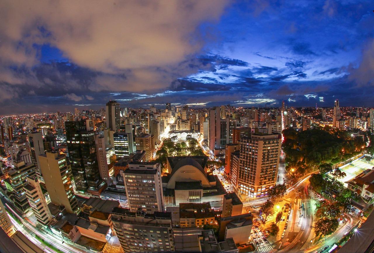 Vista aérea noturna de Curitiba